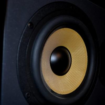 online-studio-drummer-speaker
